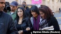 Wasiela Thulsie (D), mère des jumeaux sud-africains qui planifiaient des attaques contre l'ambassade des États-Unis à la sortie de la Cour de Johannesburg, Afrique du Sud, le 19 juillet 2016.