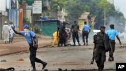 几内亚警察手持自动武器清理冲突现场