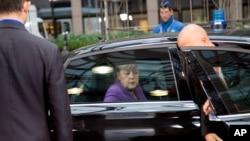 ນາບົກລັດຖະມຸນຕີເຢຍຣະມັນ ທ່ານນາງ Angela Merkel ໄປຮອດກອງປະຊຸມສຸດຍອດ ຢູໂຣບ ທີ່ກຸງ Brussels, ວັນທີ 25 ຕຸລາ 2013.