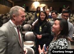 Đại sứ Ted Osius trò chuyện với sinh viên. (ảnh Bùi Văn Phú)