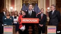 """Thượng nghị sỹ thuộc đảng Dân chủ Chris Murphy, nói: """"Chúng ta đã không làm gì cả. Tôi thấy quá đủ về các vụ giết người tiếp tục diễn ra, và thấy quá đủ về sự bất động của Thượng viện."""""""