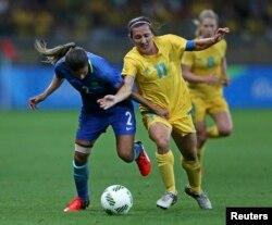 Lisa De Vanna (Australia, nomor 11) saat berlaga di Olimpiade Rio, Brazil, 12 Agustus 2016. (REUTERS/Mariana Bazo)