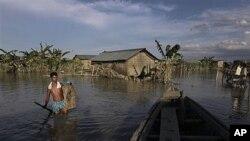 2일 인도 아삼 주에 내린 비로 물에 잠긴 마을.