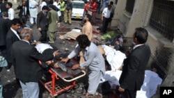 مردم در حال کمک به قربانیان بمبگذاری در کویته هستند.