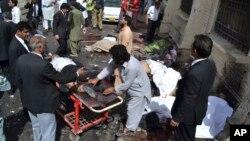 Người dân giúp đỡ nạn nhân vụ nổ bom ở Quetta, Pakistan, 8/8/2016.