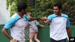 پاکستان کے ٹینس کھلاڑی اعصام الحق اور بھارت کے روہن بوپنا ایک میچ کے دوران۔ فائل فوٹو