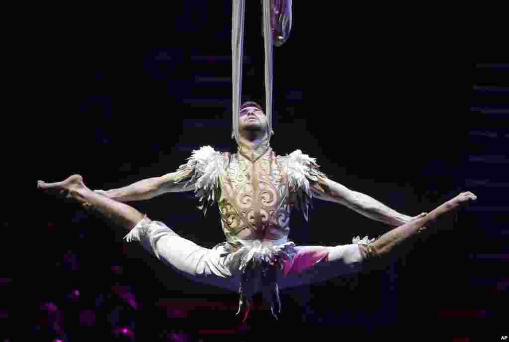 حرکت نمایشی و آکروباتیک هنرمند سیرک در جشنواره بین المللی سیرک در مینسک بلاروس. شانزده کشور در این جشنواره شرکت دارند.