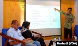 Wawan Mas'udi (berdiri) memaparkan hasil penelitian potensi politik uang di Yogyakarta, Senin 15 April 2019. (Foto: VOA/Nurhadi)