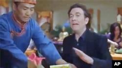 好莱坞演员哈顿(Timothy Hutton)在芝加哥喜马拉雅餐厅用餐