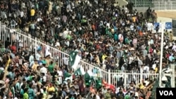 قزافی اسٹیڈیم میں شاقین میچ سے لطف اندوز ہو رہے ہیں
