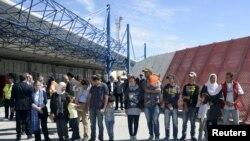 一组叙利亚难民在希腊莱斯博斯岛等候搭乘教宗方济各的飞机离开 (2016年4月16日)