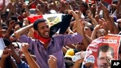 새 이집트 대통령으로 당선된 무슬림 형제단의 모하메드 모르시의 지지자들이 수도 카이로 '타흐리르 광장'에 모여 환호하고있다.
