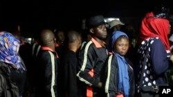 Wasu 'yan Najeriya kenan da aka maido daga kasar Libiya na jira a masu rajister
