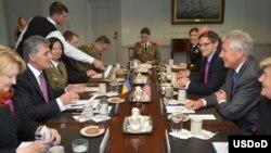 AQSh va Ruminiya mudofaa rasmiylari muloqotda, Pentagon, 18-oktabr, 2013