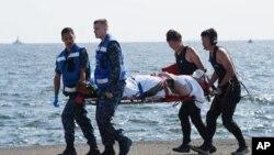 지난 17일 미군 이지스 구축함 피츠제럴드 호가 일본 시즈오카현 이즈 반도 앞바다에서 일본 업체가 운영하는 필리핀 국적 선박과 충돌해 미 승조원 7명이 사망했다. 일본 방위성이 미군 부상자를 이송하는 장면을 공개했다.
