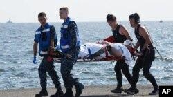 En esta foto divulgada por el ministerio de Defensa de Japón, un marinero herido del USS Fitzgerald es cargado por sus compañeros en una camilla.