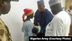 Amina Ali da jaririyarta da gwamnan Borno