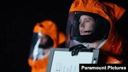 ایمی ادمز در فیلم «ورود» - در گفتگوی کتبی با موجوات فضائی، خود را معرفی میکند
