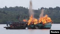 2016年4月5日,马来西亚和越南的渔船在印度尼西亚因非法捕鱼事件被摧毁。(资料照片)