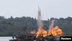 Tàu cá Việt Nam và Malaysia bị nhà chức trách Indonesia đánh chìm ở quần đảo Riau, Indonesia ngày 5/4/2016, vì đánh bắt hải sản trái phép. (Ảnh Antara Foto/ REUTERS/M N Kanwa )