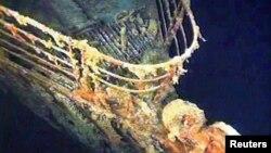 La barandilla de babor del Titanic yace a 12.600 pies bajo el agua del Océano Atlántico Norte, unas 400 millas al este de Nova Scotia.