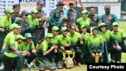 سری لنکا کا دورہ کرنے والی پاکستان ویمن کرکٹ ٹیم ٹی ٹوینٹی سیریز جتنے کے بعد اپنی ٹرافی کے ساتھ۔ 31 مارچ 2018