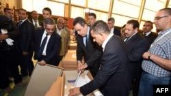 10月25日突尼斯總理馬哈地•賈馬(中)在投票中心視察。