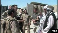Tentara NATO tengah berbincang dengan para pemimpin suku lokal di Afghanistan selatan.