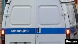 警车驶入莫斯科拘留设施。
