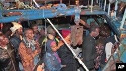 Refugiados africanos chegando a Lampeduza, na Itália provenientes da Líbia