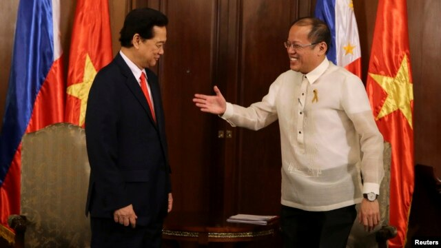 Philippines' President Benigno Aquino (R) prepares to shake hands with Vietnam's Prime Minister Nguyen Tan Dung during during their meeting at the Malacanang Presidential Palace in Manila, May 21, 2014.