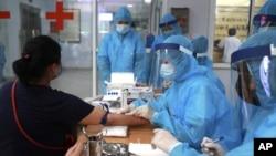 Nhân viên y tế tại một địa điểm xét nghiệm COVID-19 ở Việt Nam.