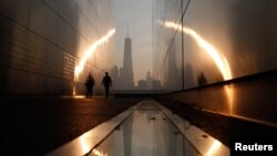 Yeni Dünya Ticaret Merkezi binasına bakan New Jersey'deki 11 Eylül anıtı.