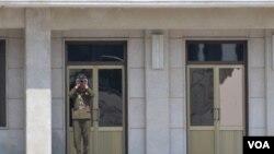 지난 17일 한반도 공동경비구역에서 한국측을 내다보는 북한 병사. (자료사진)
