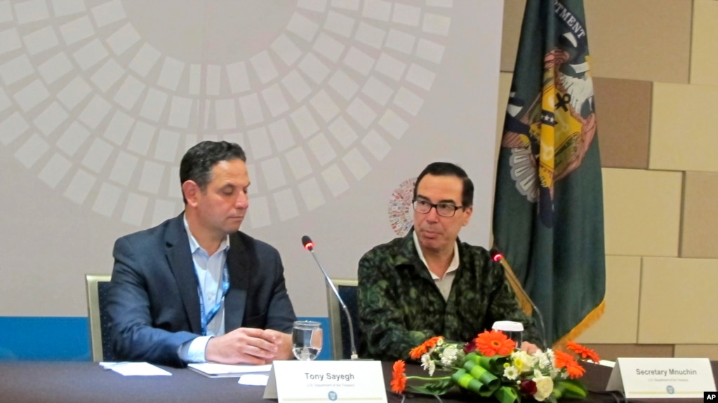 姆努钦(右)2018年10月13日在印尼巴厘岛见记者(美联社)