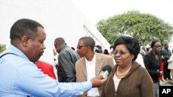 A governadora do Namibe, Cândida Celeste, fazendo declarações à Voz da América