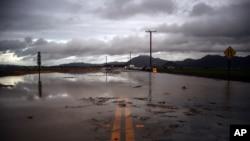 El agua de las torrenciales lluvias ha cubierto las calles en Camarillo, California.