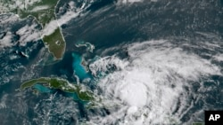 """美国国家海洋和大气管理局(NOAA)提供的GOES-16号卫星美东时间2020年7月31日早晨8点40分拍下的图像显示""""伊萨亚斯""""飓风在加勒比海移动。"""