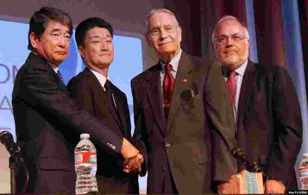 三菱代表和墨菲握手的历史镜头(美国之音国符拍摄)