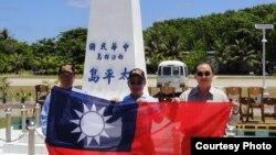 台湾三名立法委员陈镇湘,林郁方,詹凯臣(从左至右)登上太平岛