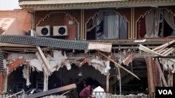 La explosión destruyó la fachada de un café de dos niveles en la plaza Jemaa el-Fna.
