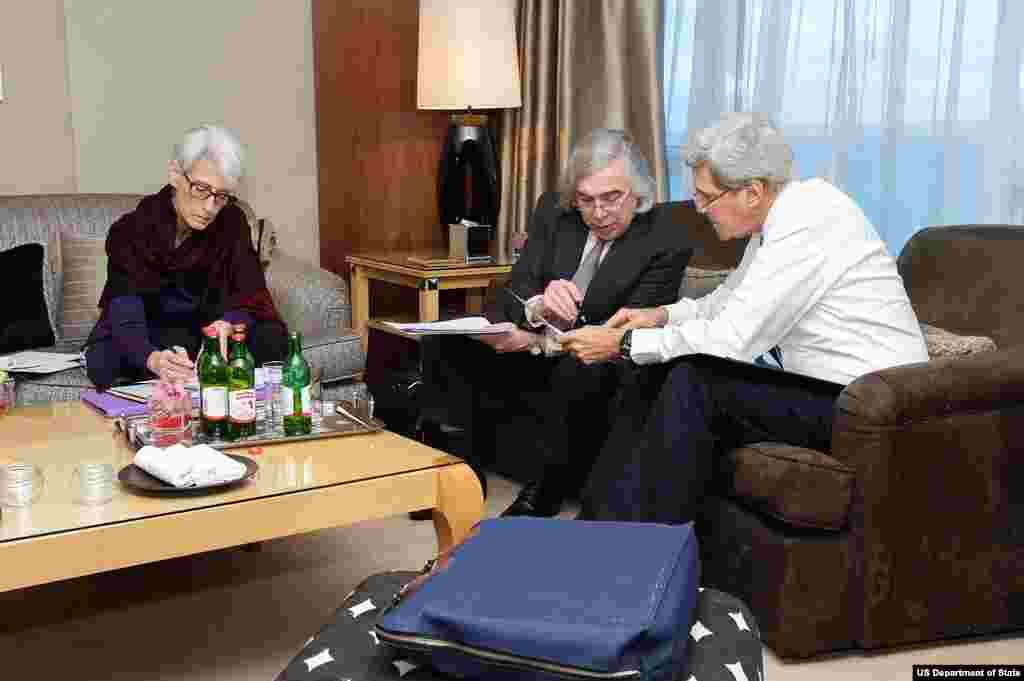 وزير انرژی مونز در حال ارايه گزارش به جان کری و معاون وی، وندی شرمن، پيش از آغاز مذاکرات با مقامات ايرانی