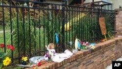 来自澳大利亚的贾丝汀·达蒙德在明尼苏达州明尼阿波利斯市被警察开枪打死。事发现场成了人们悼念她的临时纪念园地。(2017年7月15日)
