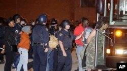 俄亥俄州克利夫兰民众在法庭判定一名白人警察无罪后举行抗议,一些抗议者在被捕后走向运送他们的汽车 。(2015年5月23日)
