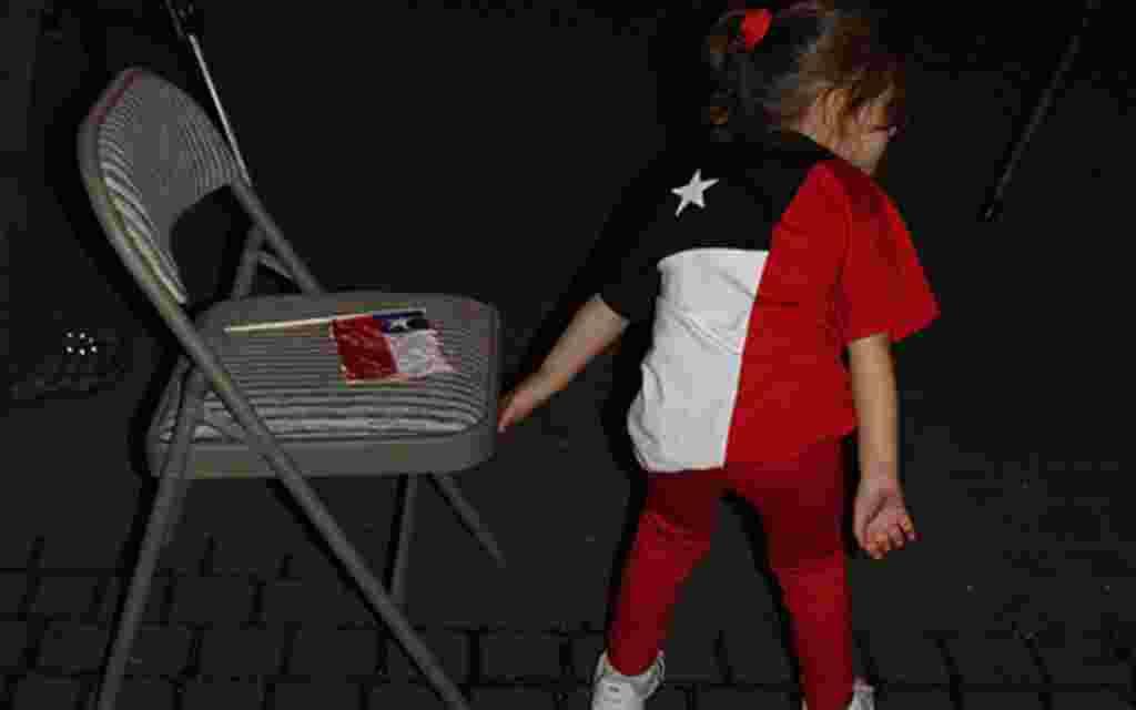 Otros niños vestían los colores de la bandera chilena como símbolo de apoyo a los 33 hombres que eran substraidos de la tierra por los rescatistas en Chile.