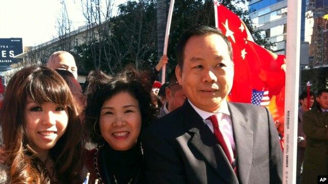 在这张由胡炜升女儿公布的照片中,奔走于中美两国的商人胡炜升与妻子和女儿一道欢迎时任中国国家副主席的习近平访问洛杉矶。(资料照)