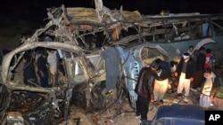 Bangkai bus penumpang yang hancur karena ledakan bom di distrik Mastong, dekat Quetta, Pakistan (21/1). (AP/Arshad Butt)