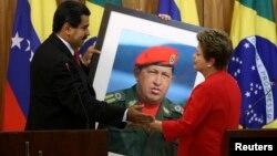 El presidente de Venezuela, Nicolás Maduro, entregó un gigantesco retrato del fallecido Hugo Chávez a la presidenta de Brasil, Dilma Rousseff.