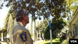加州食品农业部检查居民果树(美国之音国符拍摄)