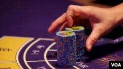 澳門一家賭場里賭桌上的籌碼 (資料照片)
